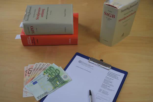 Gesetzbuch, Geld und Antrag auf Adhäsionsverfahren